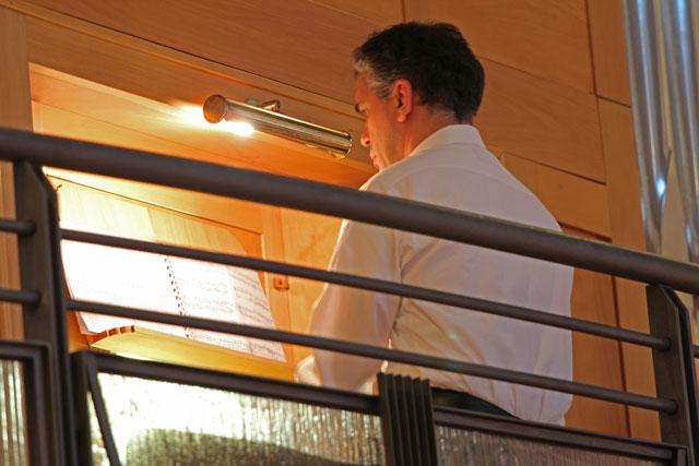 Gian Vito Tannoia all'organo, durante il concerto con Gianni Fassetta a Fontanafredda